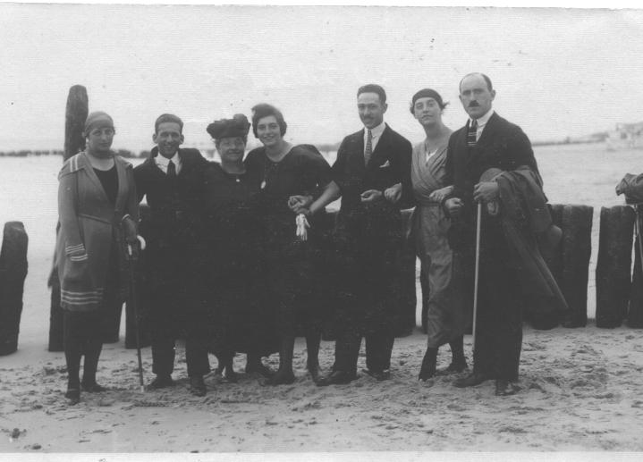 Jeannette and Julius LOEB and friends at the Beach